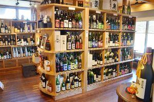 山田酒店の店内。佐賀をはじめ、全国の地酒を多数取りそろえている。