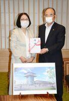 「ひがさす」外観イメージを前に、秀島敏行佐賀市長(右)に目録を贈る佐賀南ロータリークラブの古川尋美会長=佐賀市役所