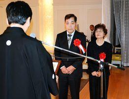 先進的農業経営者の部最優秀賞に選ばれ、山口祥義知事(左)から表彰を受ける前田幸範さん・久子さん夫妻=佐賀市のガーデンテラス佐賀