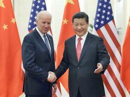 2013年12月、北京の人民大会堂で中国の習近平国家主席(右)と握手するバイデン米副大統領(当時)(新華社=共同)