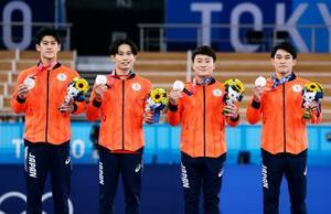 男子団体総合で銀メダルを獲得した(左から)橋本大輝、萱和磨、北園丈琉、谷川航=有明体操競技場