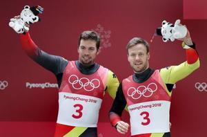 2連覇を果たしたドイツのトビアス・ウェンドル(左)、トビアス・アルト(右)組=14日、平昌(AP=共同)