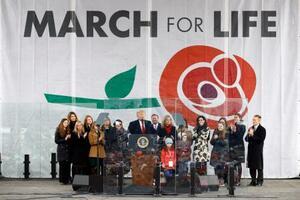 24日、人工妊娠中絶反対を訴える集会で演説するトランプ米大統領=ワシントン(AP=共同)