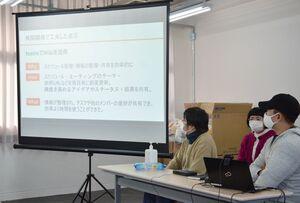 ポテトチップスのパッケージを見分けるAIの開発に挑んだ成果を発表する参加者たち=佐賀市富士町古湯のSAGA FURUYU CAMP