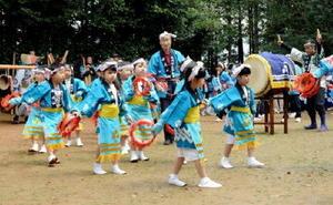五穀豊穣や家内安全を祈って浮立を奉納する子どもたち=有田町の曲川神社境内