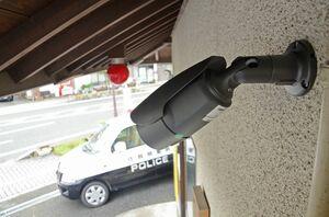 脊振駐在所の出入り口付近に設置された防犯カメラ。夜間も撮影できる性能を持つ=神埼市脊振町