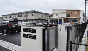 20日に竣工式典が開かれた県内初の児童心理治療施設「好学舎」。右が唐津特別支援学校好学舎分校=唐津市双水