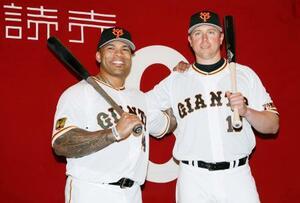 入団会見でポーズをとる巨人の新外国人選手のエリック・テームズ外野手(左)とジャスティン・スモーク内野手=13日、東京ドーム