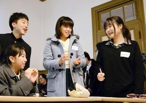 食感や形などお菓子の魅力を話し合う「キノコ派」のメンバー=唐津市の旧唐津銀行