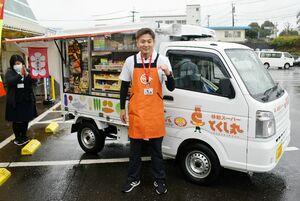 移動スーパー「とくし丸」で商品を届ける大島寛生さん=伊万里市のAコープいまり店