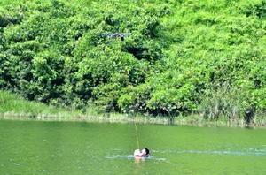 おぼれて救助が必要な人へ、浮輪を届けるドローン=鳥栖市河内町の河内ダム