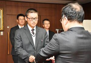 推薦校表彰を受ける白石の武冨壱聖副主将(左)=佐賀市の佐賀西高