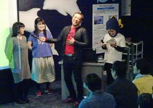 佐賀市のPRイベントのトークショーで来館者と触れ合うはなわさん=東京・品川のしながわ水族館