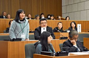 質疑で意見を述べる東原庠舎中央校6年の中尾円香さん(左)=多久市議会議場