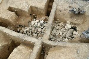 京都府向日市の五塚原古墳で見つかった竪穴式石室(同市埋蔵文化財センター提供)