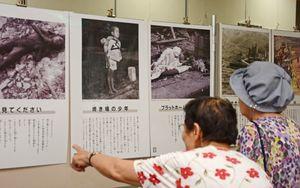 「焼き場の少年」なども展示されている原爆パネル展=鳥栖市立図書館