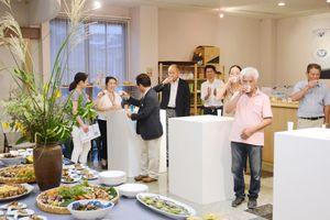 郷土料理を楽しみながら焼き物の魅力を語り合う参加者=有田町