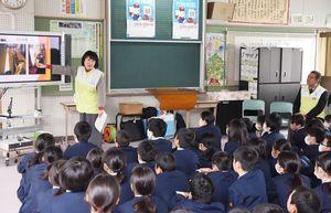 行政相談委員の役割などを学んだ出前授業=吉野ヶ里町の三田川小