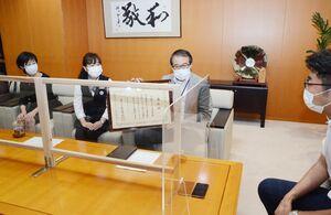 文部科学大臣表彰を報告する溝上正勝館長(右から2番目)=武雄市役所