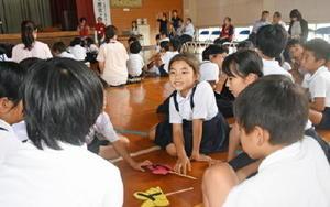 歴史3択クイズの答えを話し合う中川副小の児童たち=佐賀市の中川副小体育館