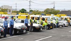 出発式に参加した交通協会会員や警察官ら=佐賀市の佐賀北警察署
