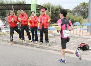 ランナーを励ましながら、ストレッチを希望した人にケアをした佐賀県柔道整復師会のメンバー=佐賀市