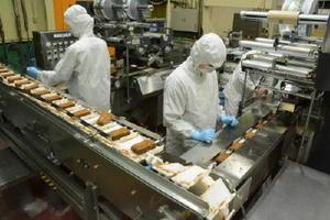 7月から稼働時間を普段の倍にして増産に備えた竹下製菓のアイス製造ライン=小城市の同社