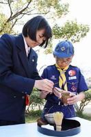 佐賀北高茶道部の生徒から茶のたて方を学ぶ児童=佐賀市城内の茶室「清恵庵」