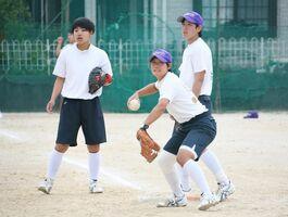 代替大会に向けて懸命に練習に励む佐賀女子のソフトボール部員=佐賀市の同校グラウンド