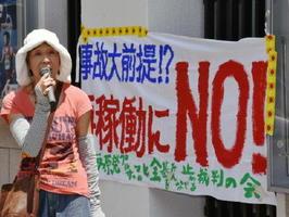 伊方原発の再稼働やプルサーマル発電への反対を訴える市民グループの担当者=佐賀市中央本町