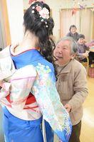 成人を迎え、振り袖姿の女性を祝う介護施設の利用者ら=佐賀県内