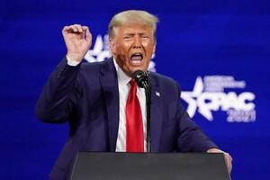 2月28日、米フロリダ州オーランドで演説するトランプ前大統領(AP=共同)
