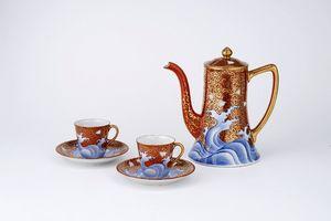 有田陶磁美術館の企画展で展示される、香蘭社製の色絵金彩波千鳥文のカップ&ソーサー、コーヒーポット(近藤コレクション)