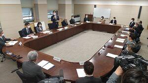 新型コロナウイルス感染症対策本部会議に臨む山口知事ら=17日午後5時すぎ、佐賀県庁