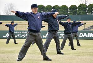 ジェスチャーの動きを確認する審判員=佐賀市のみどりの森県営球場