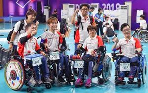 日本―中国(脳性まひ) 中国に勝利し3位となり、笑顔を見せる(手前左から)広瀬、杉村、藤井、中村=ジャカルタ(共同)