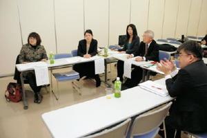 助成先の決定について話し合う選考委員ら=佐賀市の佐賀新聞社