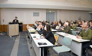縄文人と有明海の関わりを解説する西田さん(左)=佐賀市立図書館