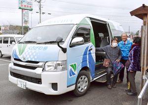 3月20日に運行を始めた伊万里市黒川町内の巡回バス「くろがわ号」。交通弱者対策として住民組織が運営し、市が経費を補助する=黒川公民館