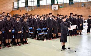 代表して誓いの言葉を述べる杉山遥菜さん(マイク前)と新入生=伊万里市の伊万里実業高商業キャンパス