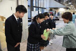 職員から募金を集める玄海みらい学園の生徒たち=玄海町役場