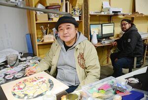 クラウドファンディングへの協力を呼び掛ける日本画家の大串亮平さん(左)と彫刻家の諸井謙司さん=佐賀市のEDAUMEアートスタジオ