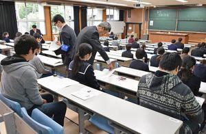 問題と解答用紙の配布を待つ受験生=佐賀市の佐賀大学本庄キャンパス