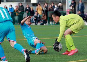 決勝・サガン鳥栖U-12-PLEASURE SC RED 前半、こぼれ球を狙うサガン鳥栖の徳村楓大選手