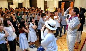 山口知事の合図で、そろって「佐賀さいこう」のポーズをとる参加者=福岡市中央区の結婚式場「アルマリアン福岡」
