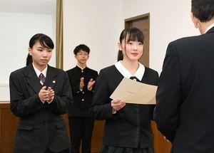 白水敏光県教育長(右)より表彰状を受けとる生徒=佐賀県庁