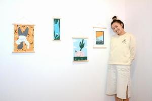 佐賀で初めての個展を開いたイギリスのイラストレーターシャーリーン・マンさん=佐賀市中央本町のパハプスギャラリー