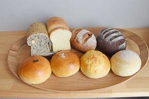 キノコ型が愛らしいごまチーズ食パン(左上、290円)やいちじくショコラ(右上、300円)、岩塩をまぶしたあんパン(下段の中央左、150円)など多彩