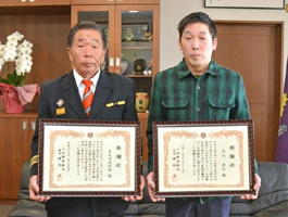 高齢者を保護し小城警察署から表彰を受けた陣内成和・多久市消防団長(左)と古川亮介さん=小城市三日月町の小城警察署