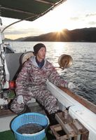 関アジ、関サバを一本釣りする永倉和久さん。指先に魚の引きを感じる=昨年12月6日、大分市佐賀関